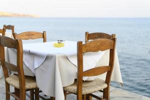 tavoli bar sul mare, messa a fuoco selettiva foto