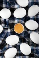 tuorlo d'uovo e uova bianche su un panno a strisce foto
