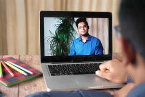 uomo in videoconferenza foto