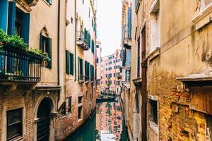 2017 venezia, italia- strade strette e canali di venezia foto