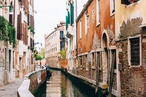 venezia, italia 2017- stretti canali di venezia italia foto