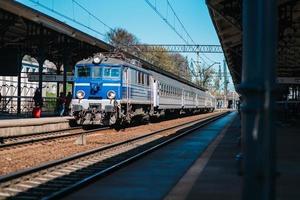 danzica, polonia 2017 - binari della stazione principale con un treno in arrivo
