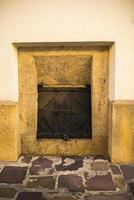 vecchia porta vintage in legno e metallo foto
