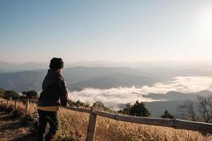 donna che guarda verso la vista panoramica foto
