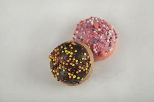 ciambelle colorate al cioccolato dolce con codette foto