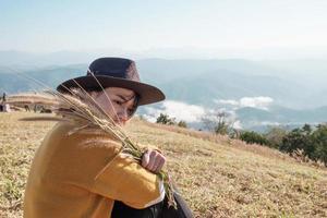 donna che tiene il riso mentre è seduto foto