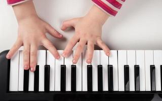 bambino che suona il pianoforte foto