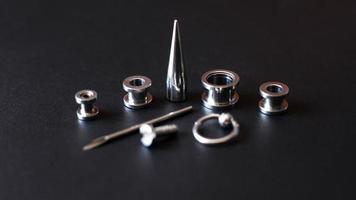 strumenti per piercing all'orecchio foto