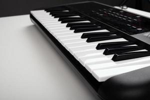 tastiera su un tavolo bianco foto