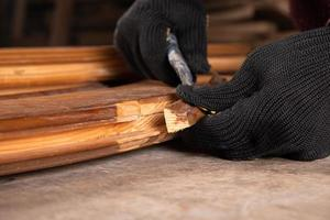 scheggiando il legno vecchio foto