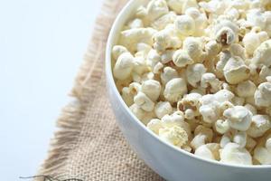 popcorn in una ciotola foto