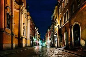 vecchia parte storica di varsavia polonia alla luce delle luci notturne foto