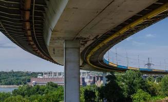 gru a ponte e impianto idroelettrico su sfondo blu cielo foto