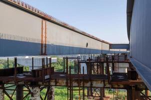 ponte in costruzione con strada foto
