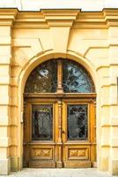 vecchia porta di metallo in legno vintage foto