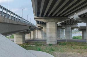 costruzione di ponti con pilastri foto