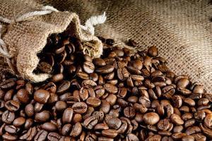 chicchi di caffè in un sacchetto di lino, messa a fuoco selettiva foto