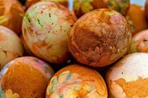 primo piano delle uova di Pasqua colorate foto