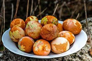 piatto bianco con uova di Pasqua colorate foto