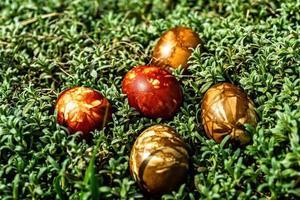uova di Pasqua multicolori in erba verde foto