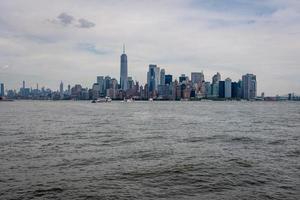 skyline e moderni edifici per uffici di Midtown Manhattan visti dall'altra parte del fiume Hudson foto