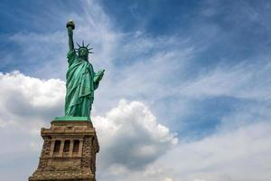 primo piano della statua della libertà in una giornata di sole foto