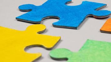 primo piano di pezzi di un puzzle colorato foto