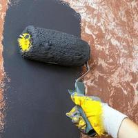 dipingere un muro con vernice grigia foto