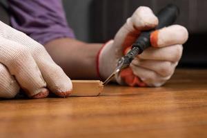 fissaggio di una superficie in legno laminato foto