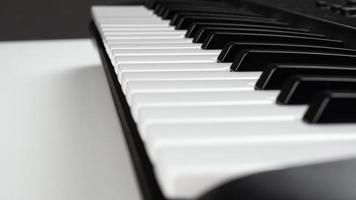 primo piano di una tastiera di pianoforte foto