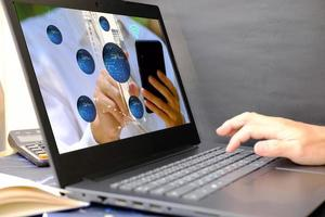 mano dell'uomo d'affari che lavora al computer portatile, concetto di tecnologia foto