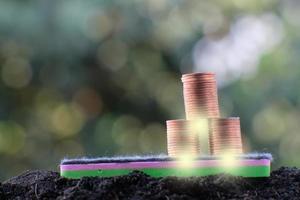 pila di monete sullo sfondo della tabella foto