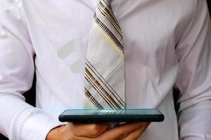 uomo d'affari utilizzando uno smartphone e concetti di rete tecnologica foto