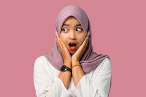 scioccata giovane donna che indossa un hijab foto