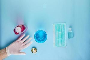 un appartamento covid-19 giaceva su uno sfondo blu foto