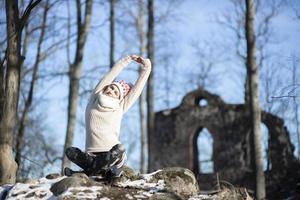 una giovane donna atletica esegue esercizi di yoga e meditazione all'aperto foto