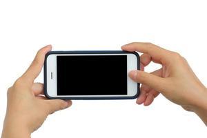 mani che tengono uno smartphone mobile con uno schermo vuoto foto