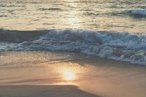 colorato vibrante oceano onde del mare in spiaggia durante l'estate foto