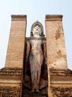 mueang kao, thailandia, 2021 - statua nel parco storico di sukhothai foto