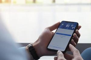 chiang mai, thailandia, 21 marzo 2021 - donna che utilizza i social media su uno smartphone foto