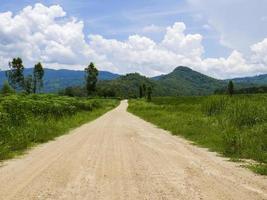 strada sterrata nella valle di montagna tropicale foto
