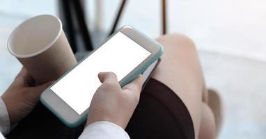 primo piano di una mano che tiene un modello di telefono foto