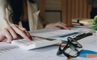 contabilità professionale che controlla i calcoli foto