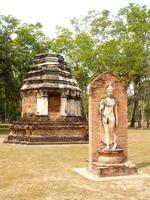 mueang kao, thailandia, 2021 - rovine di rilievo nel parco storico di sukhothai foto