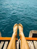 le gambe dell'uomo su un molo foto