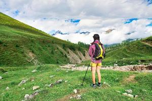 ragazza in un prato di montagna durante una passeggiata foto