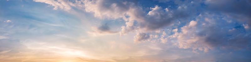 drammatico panorama del cielo con nuvole su alba e tramonto. immagine panoramica. foto