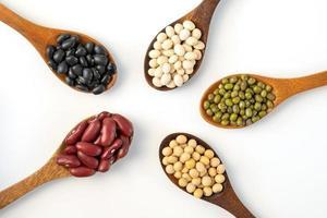 raccolta di semi di grani interi isolati su sfondo bianco foto