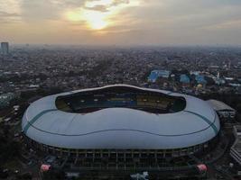 bekasi, indonesia 2021 - veduta aerea del più grande stadio di bekasi da un drone con tramonto e nuvole foto
