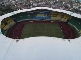bekasi, indonesia 2021- veduta aerea del più grande stadio di bekasi da un drone foto